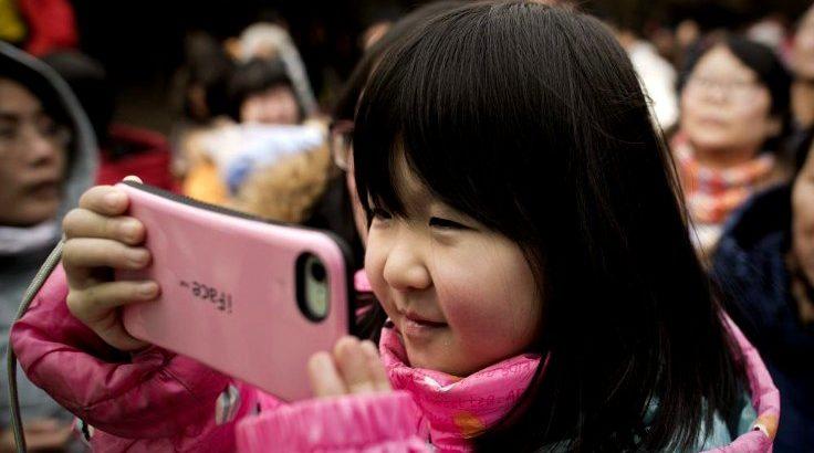Çin'de telefonla oynayan iki yaşındaki çocuk görme kaybına uğradı!(1)