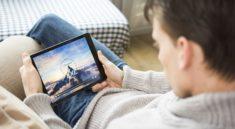 """Çin'de gençlerin video izleme bağımlılıklarının azaltılması amacıyla """"süre sınırı"""" getirilecek. Yapılan açıklamaya göre, gençlerin canlı video yayımlayan çevrimiçi platformlarda daha az vakit geçirmesini sağlamak amacıyla """"süre ve işlev sınırı"""" getiriliyor. Ülkenin başlıca video yayın platformları """"Souhu Video"""" ve """"Baidu Video"""" gibi 53 içerik sağlayacı platform, aplikasyonlarına """"genç modu"""" açacak. Çinli gençler, bu mod sayesinde 22.00-06.00 saatleri arasında ilgili platformlara giriş yapamayacaklar. Günlük en fazla 40 dakika video izleyebilecekler. Bunun yanısıra gençler, bu platformlarda internet fenomenlerini etiketleyemeyecek, mesaj atamayacak ve yorum yapamayacak."""